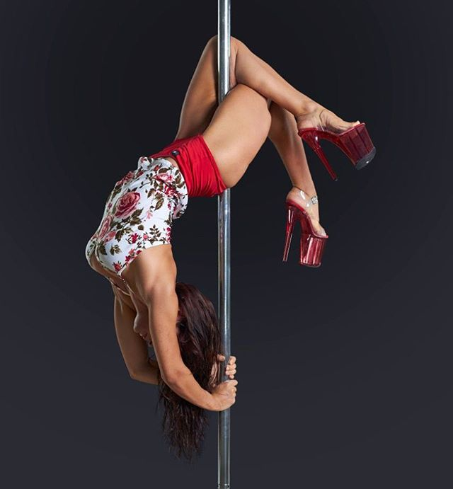 Inês Marques actuando na Pole Fit Dubai